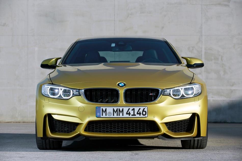 Une BMW M4 en glisse autour de 52 BMWM